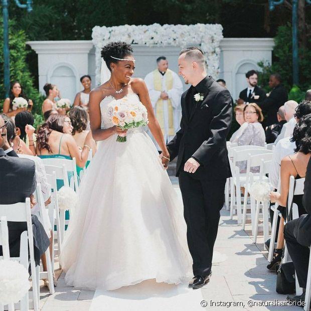 Aposte nos penteados em seu crespo no dia do casamento para fugir do look casual