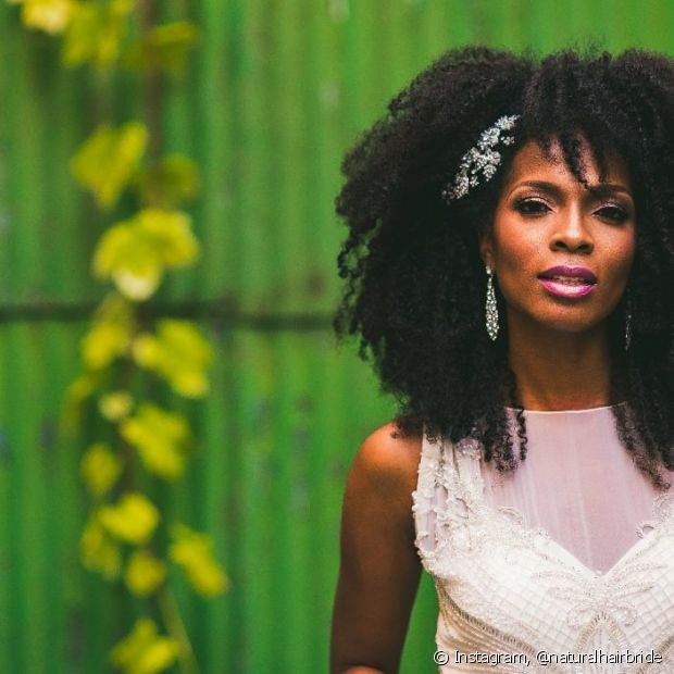 Usar o penteado meio preso para a cerimônia deixa os fios crespos com visual bem romântico