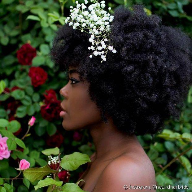 Deixar o seu black power solto para o casamento é uma ótima maneira de conseguir um visual natural e cheio de leveza