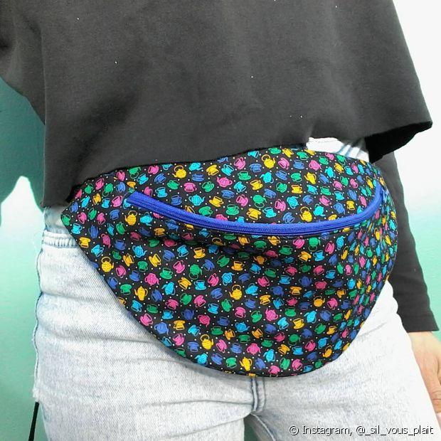 Estampas e cores mais fortes dão um ar bem divertido à sua pochete