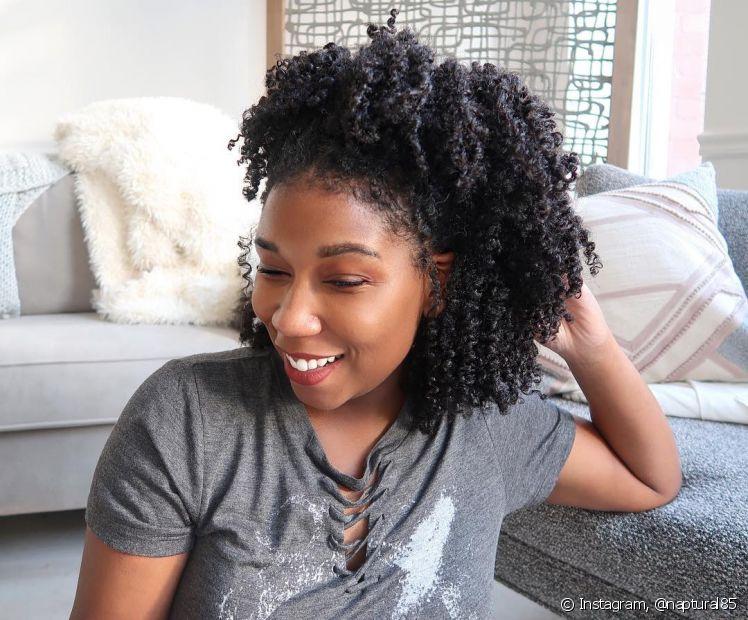 A grande quantidade de produtos na raiz é o principal motivo para as caspas no cabelo crespo