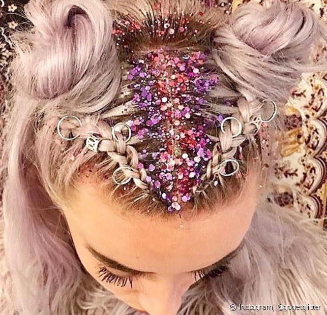 Recorra ao hidratante corporal quando o glitter não quiser sair do cabelo