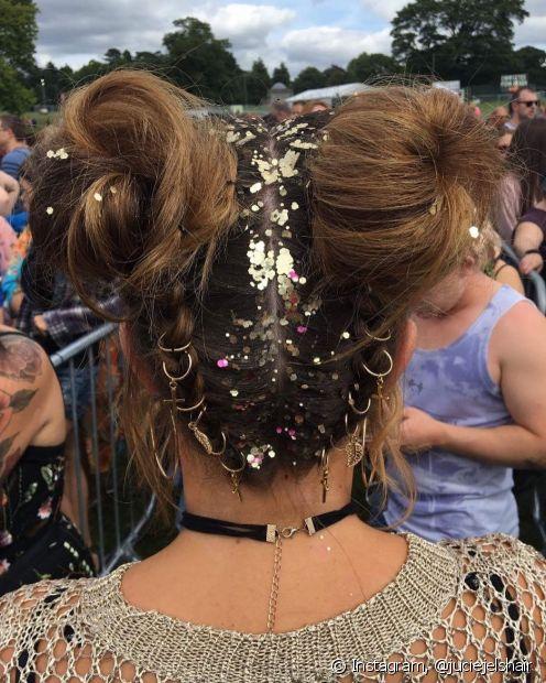 Para tirar o glitter do cabelo é importante focar em produtos que vão deslizar o brilho