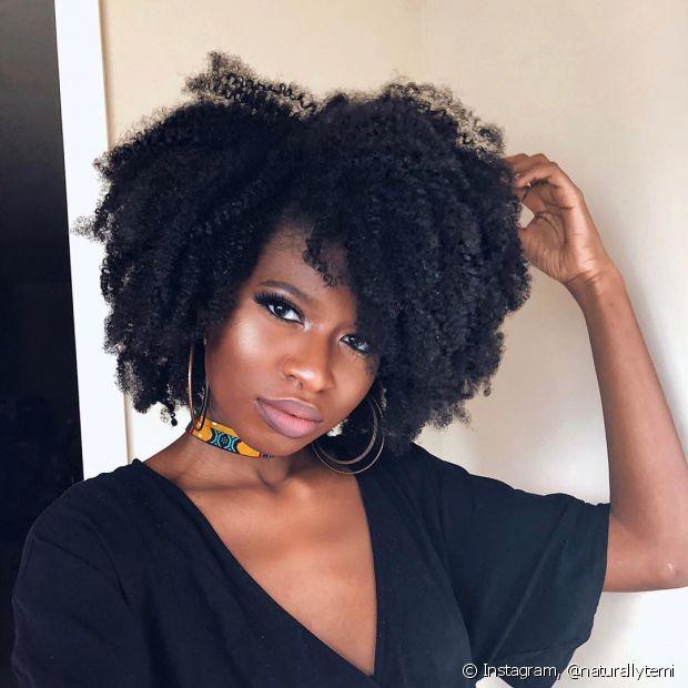 Encontrar um bom cabeleireiro que seja especializado em cuidar de fios crespos vai fazer toda a diferença para o seu cabelo