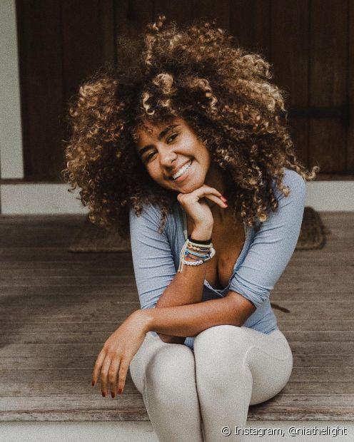 Usar produtos anticaspa e intercalar os dias de lavagem ajuda a melhorar o problema de descamação no couro cabeludo
