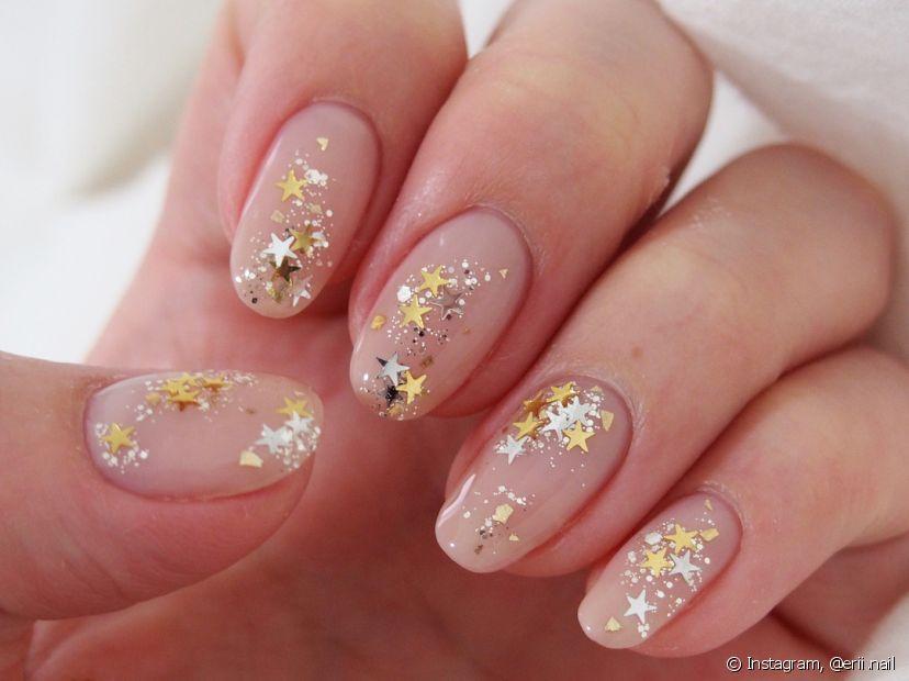 Use estrelinhas na nail art para complementar a sua fantasia para curtir a folia