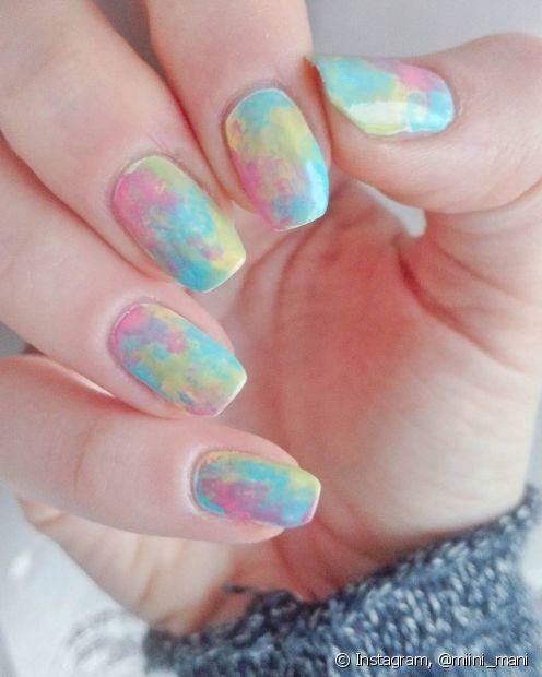 Nem todo mundo curte fazer decorações na unha com glitter ou pedrarias, então o degradê de cores é uma boa opção para deixar a nail art bem divertida