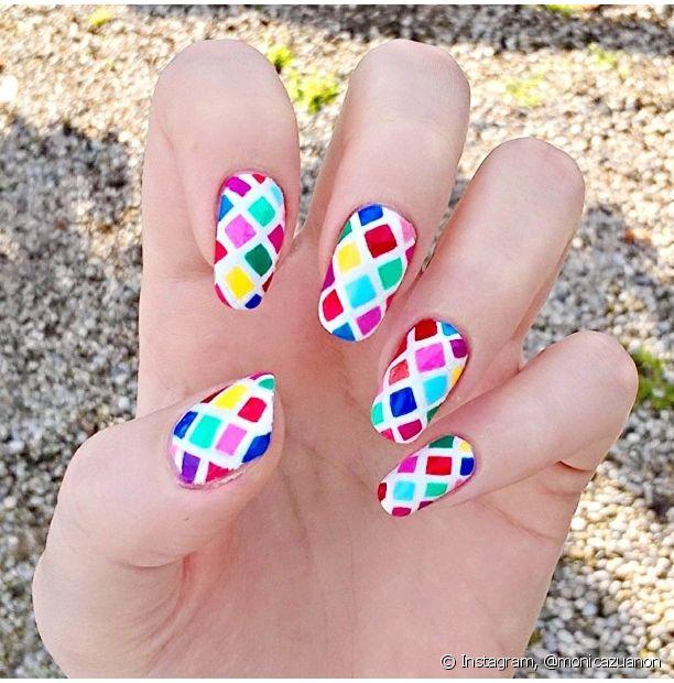Aposte em um mix de cores para ter uma nail art bem carnavalesca