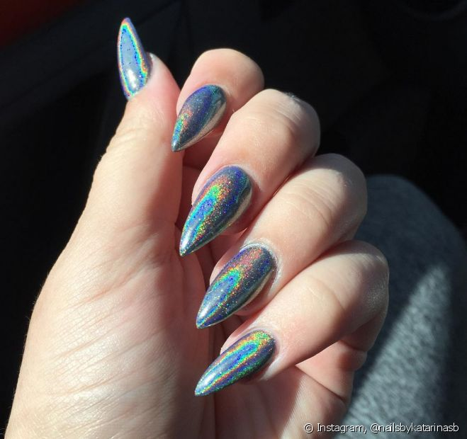 O Carnaval é o melhor momento para se jogar nos glitter e nos brilhos, inclusive em nail arts