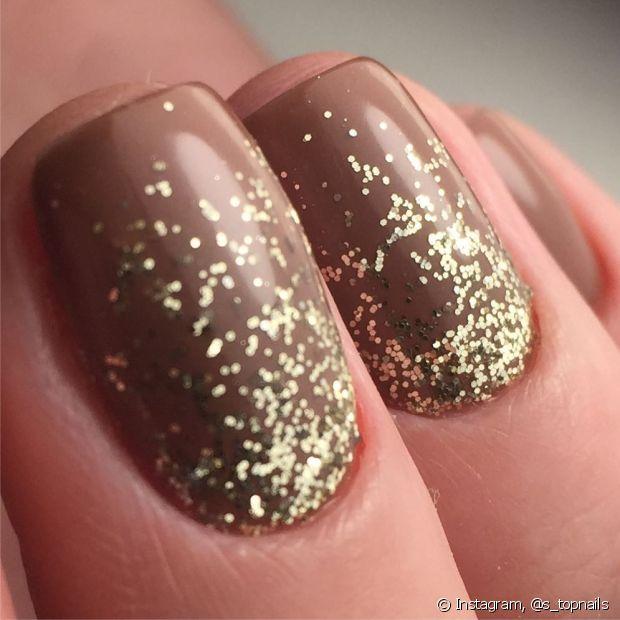 Nude com glitter dourado é uma ótima combinação para a folia