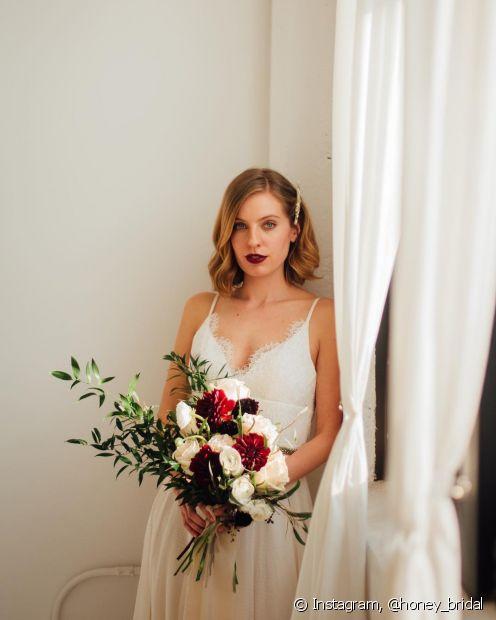 Batons mais fortes ficam maravilhosos para deixar o foco nos lábios da noiva