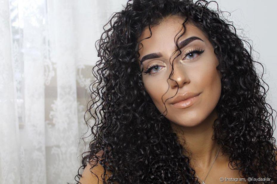 Fazer esfoliação regularmente na raiz do cabelo vai estimular o crescimento