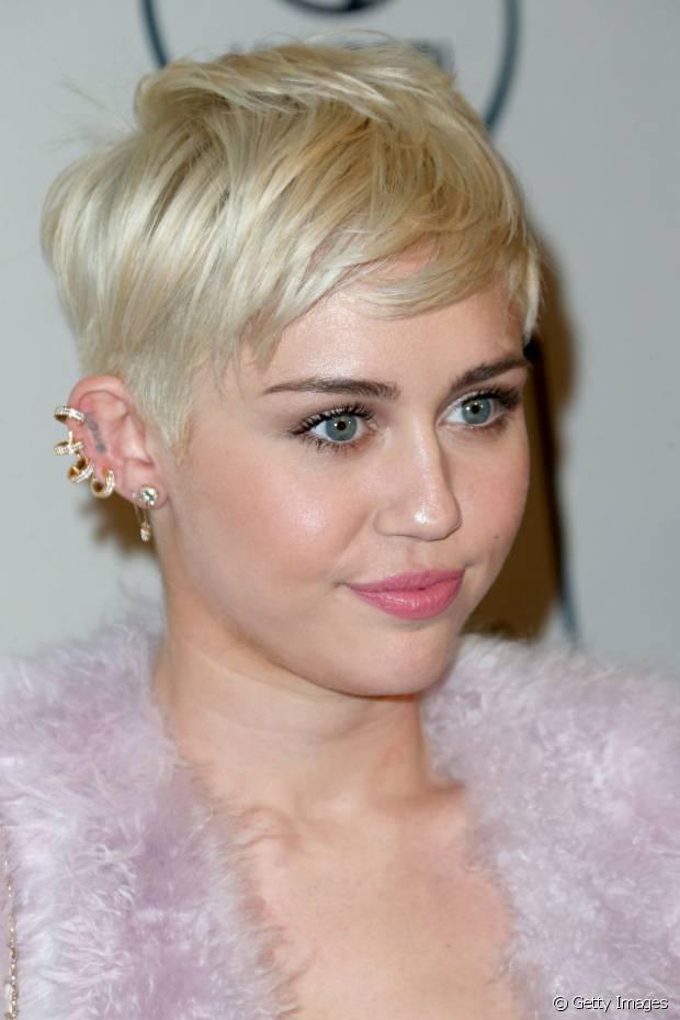Se você cortou os fios bem curtinhos como o de Miley Cyrus, procure conhecer as técnicas de texturização para esse estilo de cabelo, de repente você conseguirá mudar sua visão sobre o corte