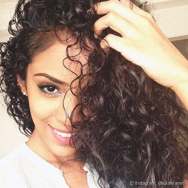 Mulheres de cabelos cacheados devem dar ateção especial durante a lavagem dos fios, que é um pouco diferente dos outros tipos de cabelo