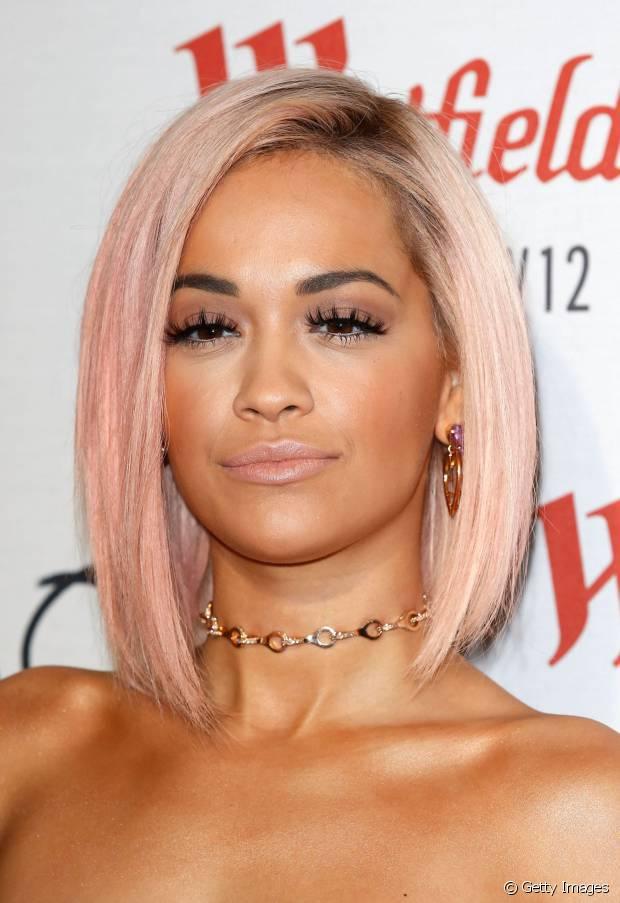 Rita Ora apostou no long bob assimétrico com os fios rosas