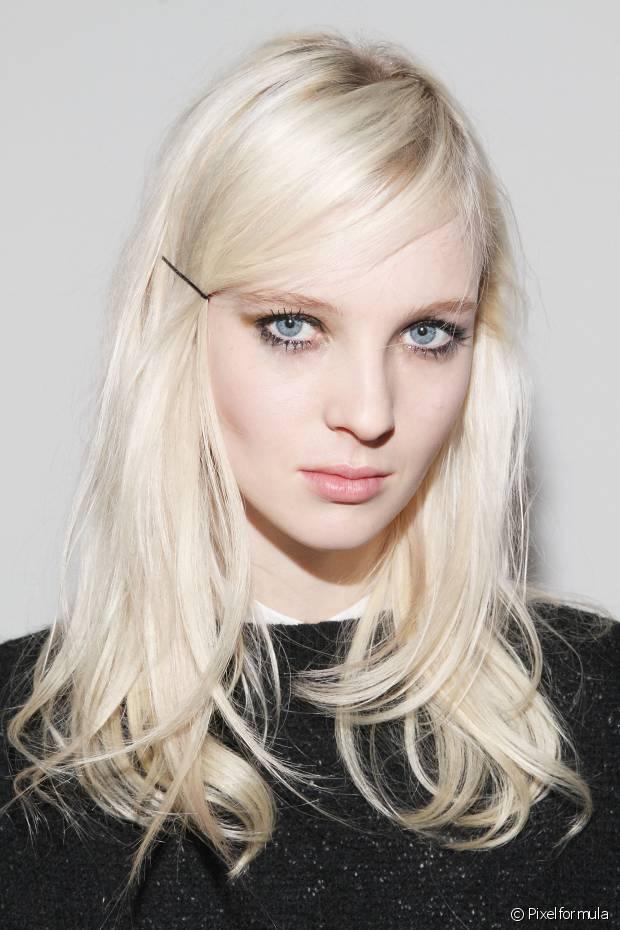 Com ajuda de grampinhos da cor do seu cabelo ou coloridos você pode prender a franja lateralmente