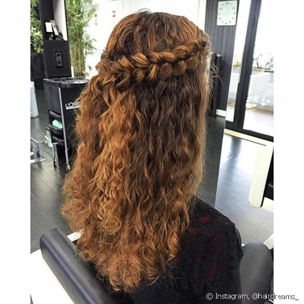 O estilo semipreso é simples, mas pode ser reinventado se você torcer ou trançar ambas as mechas antes de prendê-las atrás do cabelo com elástico