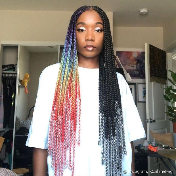 As tranças afros possuem diversas opções de cores, formatos e estilos. É só escolher a sua e se jogar, diva! (foto: Instagram, @callmetwig)