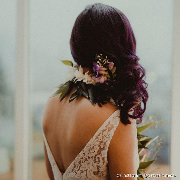 As nuances do cabelo podem ser usadas para a escolha das flores naturais do casamento