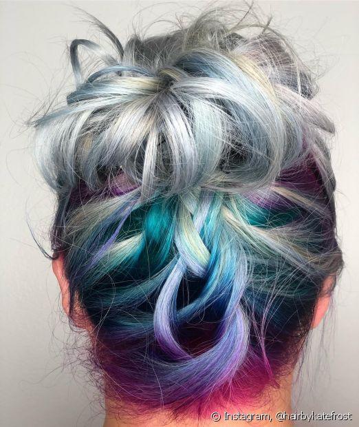 As noivas que utilizam mechas multicoloridas pode destacar cada tonalidade com uma trança invertiça
