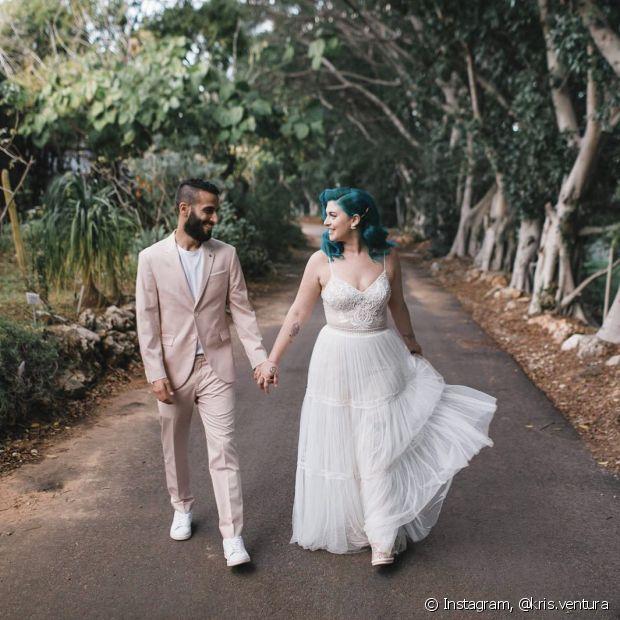 O contraste da tonalidade do cabelo da noiva com o vestido branco deixa cada visual único