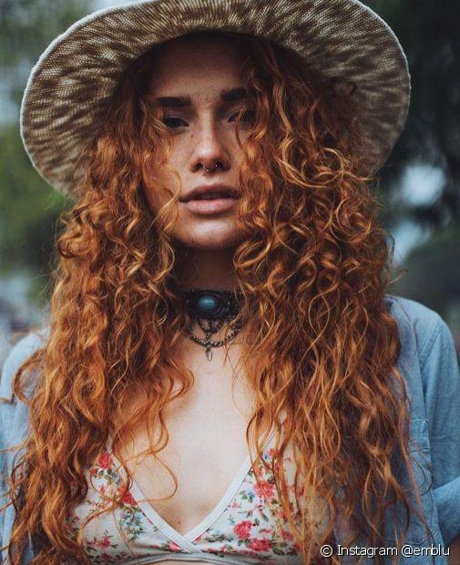 O cabelo ruivo acobreado alaranjado também fica lindo em cabelos cacheados (Foto: Instagram @emblu)