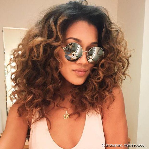 Quem tem cabelos cacheados sabe que os fios são mais sensíveis que os lisos naturais e que precisam de cuidados redobrados no verão