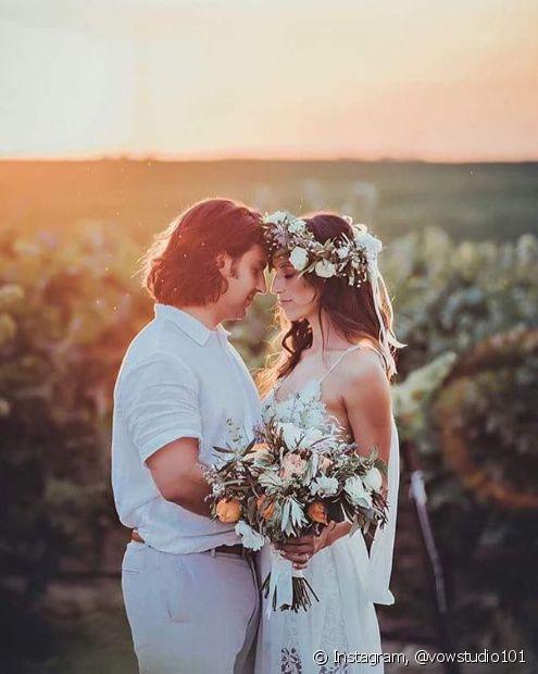 As flores naturais podem ser acessórios perfeitos para as noivas! Adicionar alguns ramos ao penteado é um ótimo recurso para trazer frescor ao visual