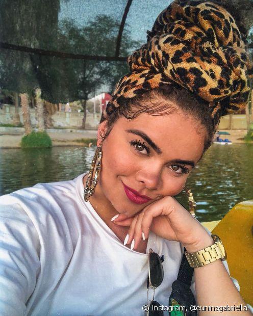 O turbante é um acessório muito versátil e deixa o look muito estiloso, como a nossa diva Nina Gabriella
