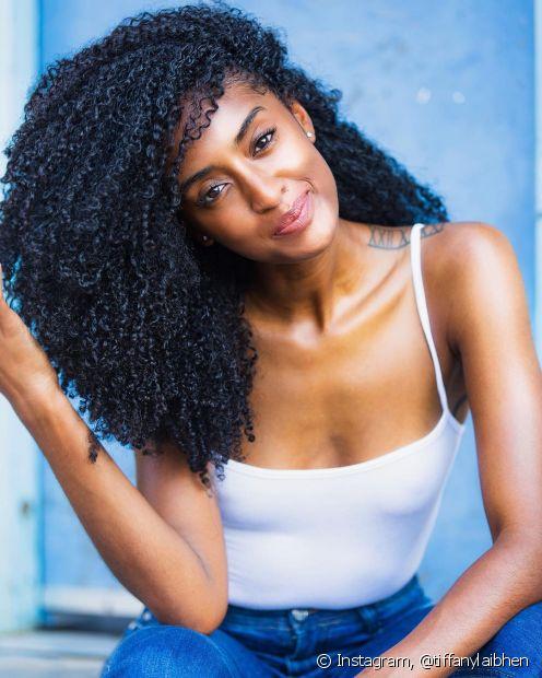 Para cuidar dos cabelos cacheados e crespos, você pode investir nas receitas caseiras e descomplicadas