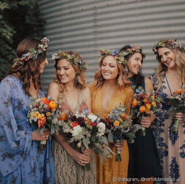 As coroas de flores naturais são o toque perfeito para deixar as madrinhas com um look mais folk na cerimônia