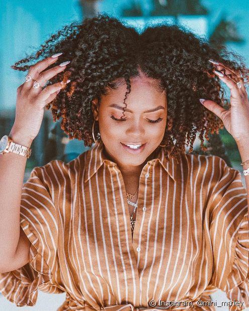 Cuidar dos cabelos crespos pode ser mais simples do que você imagina! Aposte em uma rotina de lavagem a cada dois dias e se livre do efeito embolado e dos nós causados pelo day after