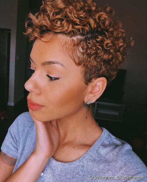 Os cabelos cacheados precisam de cuidados específicos para se manterem saudáveis! Então, é importante evitar certos hábitos capilares que geram danos aos cachos (Foto: Instagram @katrisharose)
