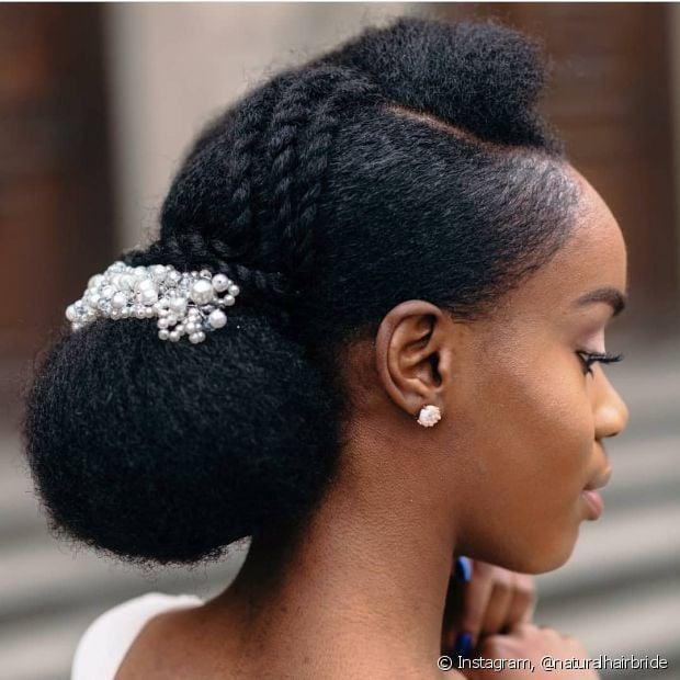 O coque com tranças combina tanto com os cabelos crespos quanto com os alisados para usar como penteado em cabelos afro (Foto: Instagram, @naturalhairbride)