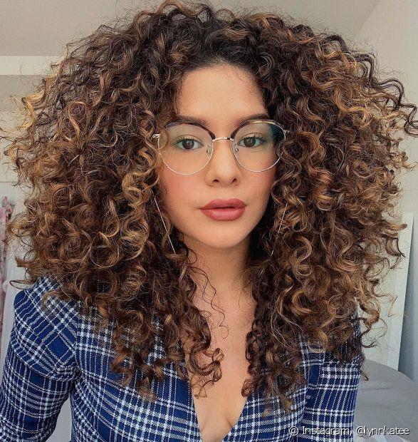 Os cabelos cacheados descoloridos podem precisar de mais atenção com as receitas caseiras para repor os lípideos na estrutura do fio (Foto: Instagram, @lynnkatee)