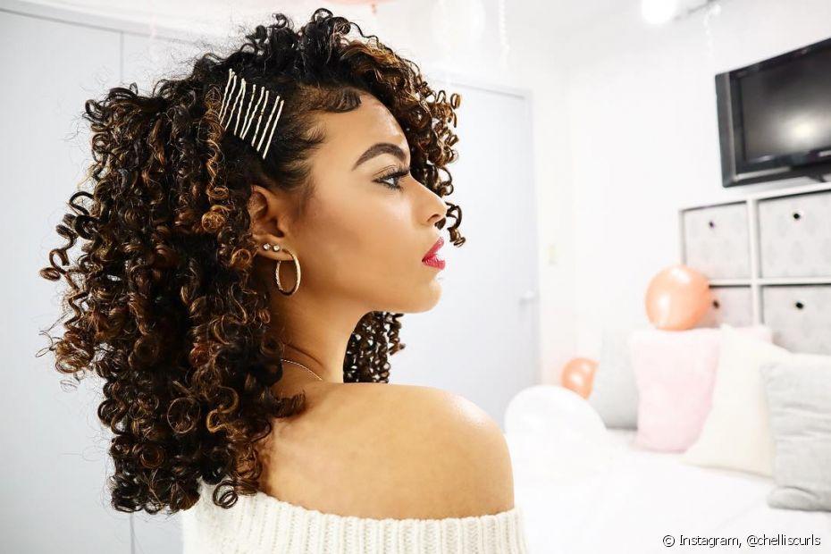 Para penteados afros simples e muito charmosos, que tal usar e abusar das presilhas? Além de tendência você mesma consegue reproduzir em casa sem mistério (Foto Instagram: @chelliscurls)