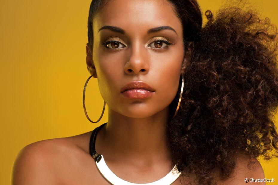 Um dos penteados afros mais queridinhos das nossas divas é o rabo lateral com bastante volume (Foto: ShutterStock)