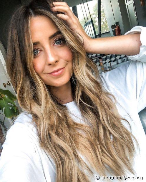 As mechas loiras do ombré hair reforçadas na frente do cabelo dão um ar jovial e iluminado ao rosto da mulher