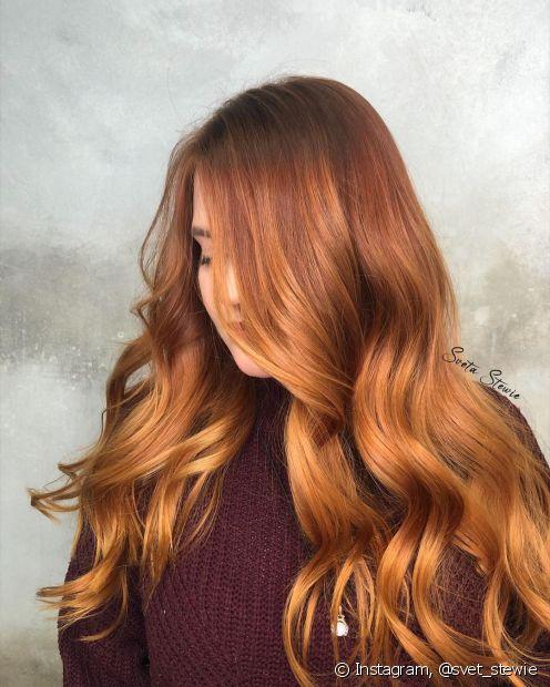 O ombré hair em ruivos acobreados deixa os fios mais iluminados no comprimento e pontas