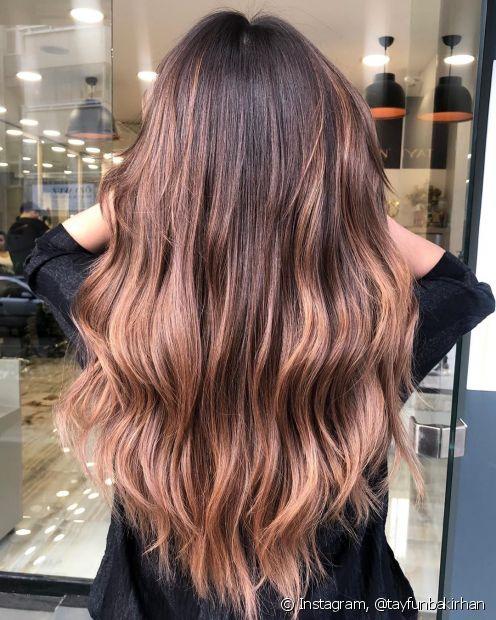 O ombré hair em cabelos castanhos tem a função de iluminar os fios e inovar o visual das mulheres com fios escuros