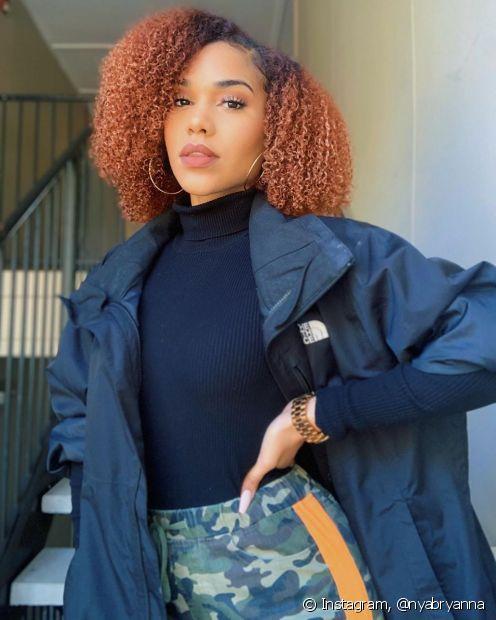 Os cuidados são essenciais para manter os cabelos vermelhos brilhosos no dia a dia (Foto: Instagram @nyabryanna)