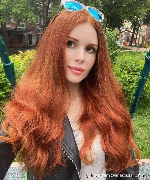 Dependendo da cor base, o cabelo ruivo acobreado pode ser atingido sem precisar descolorir (Foto: Instagram @anastasia_batory)