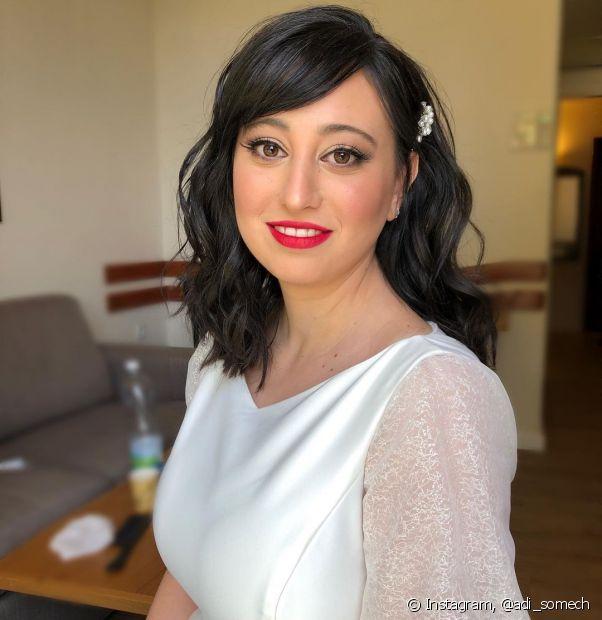 Penteados para noivas cabelo medio: cabelos soltos com acessórios e ondas é tendência para esse comprimento. (Foto: Instagram @adi_somech)