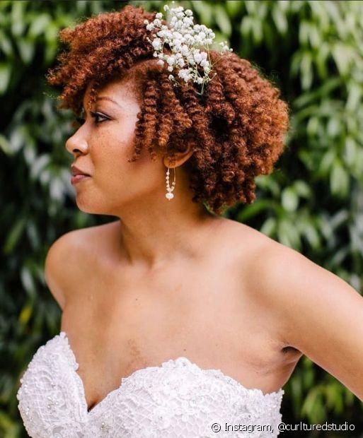 Os acessórios na lateral dos cabelos também valorizam o pnetado de noiva cabelo curto cacheado. (Foto: Instagram @curlturedstudio)