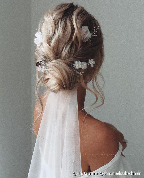 Outra opção de penteado para noiva preso é coque chignon, um dos penteados para noivas mais pedidos nos salões. (Foto: Instagram @shaunaelizabethhair)