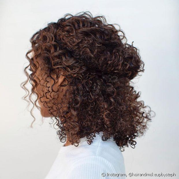 Os penteados para noivas meio soltos também ficam um charme nos cabelos cacheados. (Foto: Instagram @hairandmakeupbysteph)