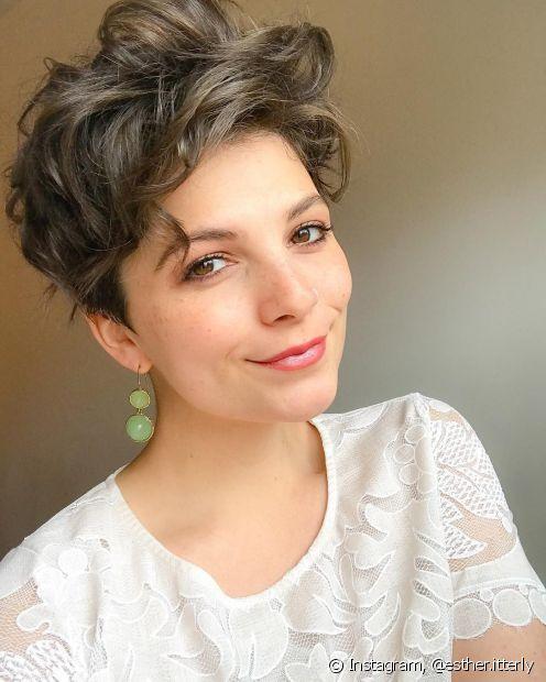 O pixie cut alongado é um corte de cabelo curto feminino  para as divas onduladas que querem valorizar as madeixas curtinhas. (Foto: Instagram @esther.itterly)
