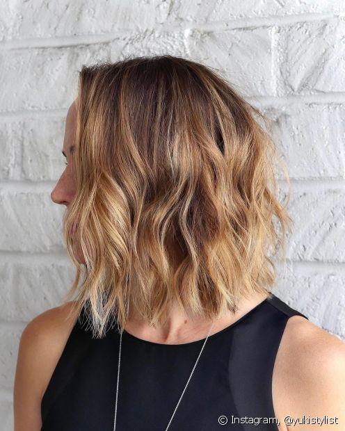 Outra opção de corte de cabelo ondulado feminino médio é o famoso long bob, que deixa as madeixas mais encorpadas. (Foto: Instagram @yukistylist)