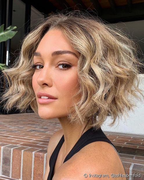 O wavy bob é um corte de cabelo feminino inspirada nas ondas naturais dos cabelos ondulados. Conheça outras opçes de corte que valorizam essa textura. (Foto: Instagram @ashleapenfold)