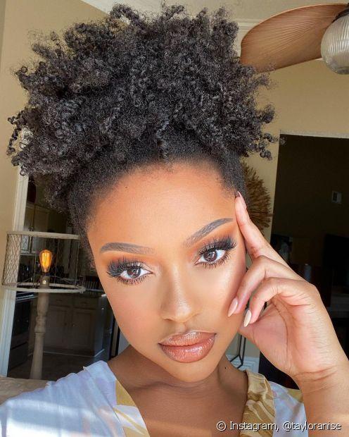 O afro puff é um dos penteados simples que você só precisa de um elástico de cabelo para fazer. (Foto: Instagram @tayloranise)